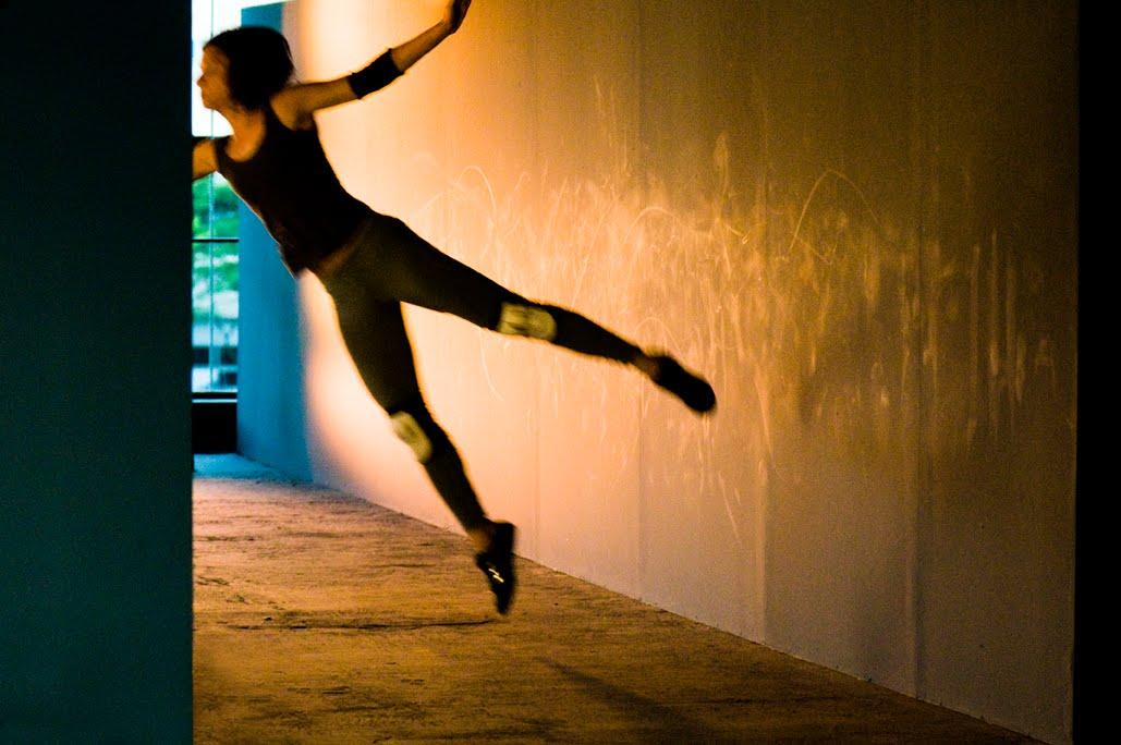 Centímetros Decibéis, Lua TatitLua Tatit usa o espaço para medir o tempo. Com base nessa relação, a bailarina, atriz e professora de ioga montou uCentímetros Decibéis , espetáculo de dança que estreia no Sesc Paulista neste sábado, 6.Com trilha sonora e instalação audiofônica do músico Dudu Tsuda, Lua desloca seu corpo em certos espaços e em determinado tempo, de forma a provocar no espectador um olhar poética sobre a presença, o instante e a transição.